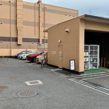 共有部】敷地内には駐車場とゴミ置き場有りますね