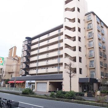 1階にはパン屋さんやアパレルショップが入る立派なマンション。