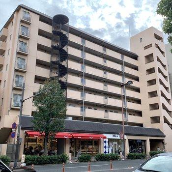 1階にはパン屋さんやアパレルショップが入る立派なマンション