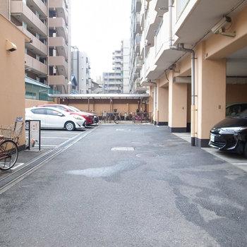 共有部】敷地内には駐車場とゴミ置き場有りますね。