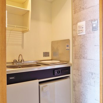 キッチンも狭いけどね!(※写真は3階の反転間取り別部屋のものです)