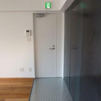 異素材が組み合わさる玄関 ※写真は反転間取りの501号室のものとなります。