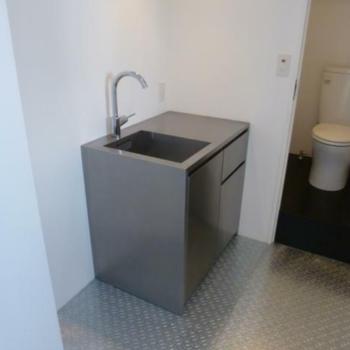 インダストリアルなキッチンスペース ※写真は反転間取りの501号室のものとなります。
