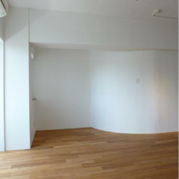 アール壁(曲面壁)の隣は、ヒューマンスケールの空間。 ※写真は反転間取りの501号室のものとなります。