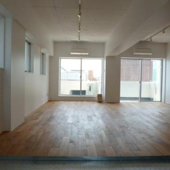 バルコニーへと続く大きな二つの開口部 ※写真は反転間取りの501号室のものとなります。