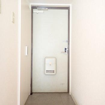 玄関は広くもなく狭くもなく。