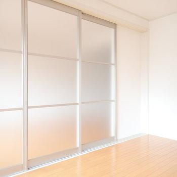 ドアは半透明です!閉めてても光が入ってきますね。