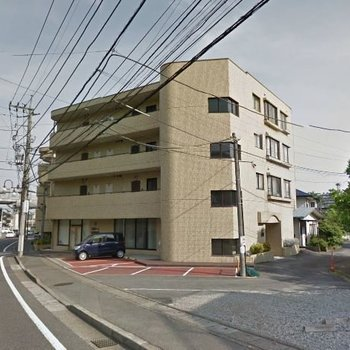 通り沿いに建つしっかりしたマンション!最上階角部屋です
