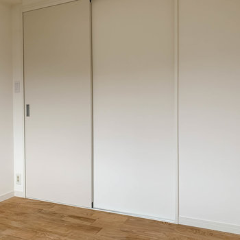 【洋室4帖】扉を開けると廊下に繋がります。
