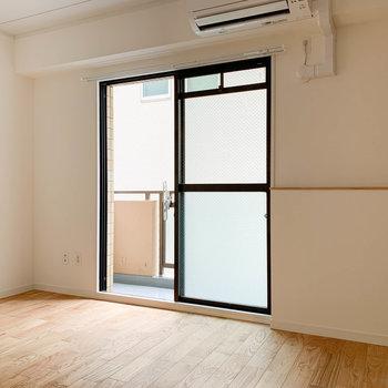 【洋室5帖】キッチンの後ろの洋室へ。