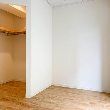 【洋室5帖】窓の左側、ここにベッドを置きやすそう。
