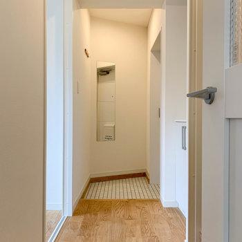廊下へ。左に洋室、右にサニタリーがあります。
