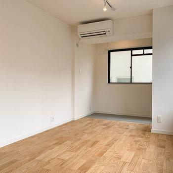 【LDK】左の壁沿いにテレビのアンテナ線。窓側にソファを置いて、ゆったりと過ごせそうです。