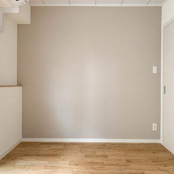 【洋室5帖】扉側の壁はグレーのクロス。