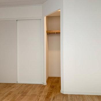 【洋室5帖】窓側から。引き戸を開けるとリビングへ。
