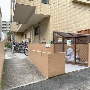 マンション裏手に駐輪場があります。