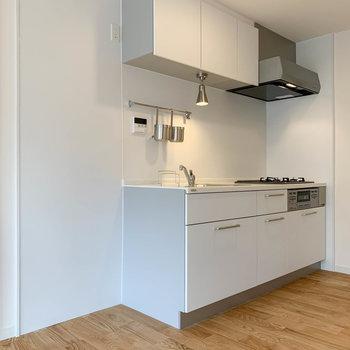 【LDK】キッチンの左側に冷蔵庫が置けます。