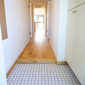【イメージ】玄関は白タイルで明るくお出迎え!