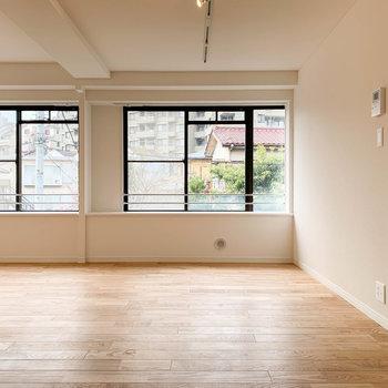 【LDK】キッチン側から見ると。窓大きいので、換気面も優秀です。