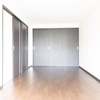 リビングと寝室は扉で仕切れて、奥の3枚扉は収納