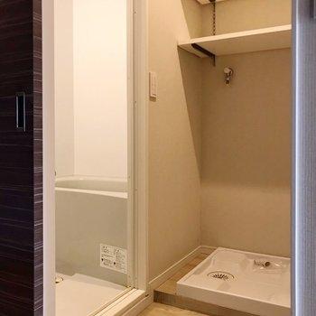 脱衣所はぎゅっとコンパクト。洗濯機の上の棚が嬉しい!(※写真は5階の反転間取り別部屋、清掃前のものです)