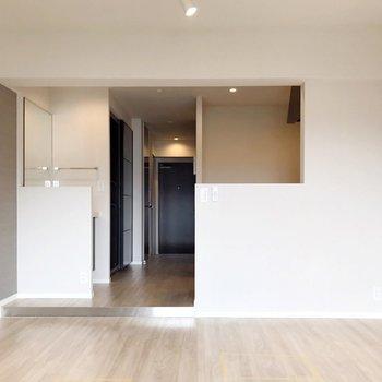 キッチンの隣に洗面台がある、珍しいつくり(※写真は5階の反転間取り別部屋、清掃前のものです)