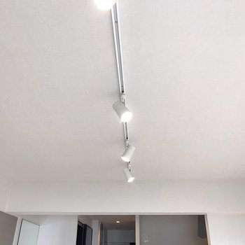 天井はライティングレール。明るく照らしてくれます(※写真は5階の反転間取り別部屋、清掃前のものです)