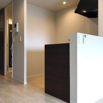 キッチン裏に冷蔵庫や食器棚を置けますね(※写真は5階の反転間取り別部屋、清掃前のものです)
