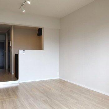 キッチンと居室の間は段差でメリハリ(※写真は5階の反転間取り別部屋、清掃前のものです)