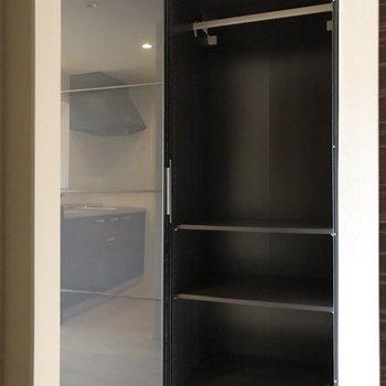 扉裏、どちらにも棚とハンガーポールがついています(※写真は5階の反転間取り別部屋、清掃前のものです)