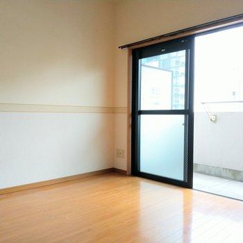 壁のラインがアクセントになってかわいい♡(※写真は6階の同間取り別部屋のものです)