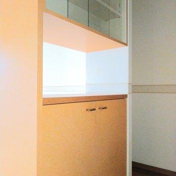 キッチン後ろに食器棚!助かる〜♬ (※写真は6階の同間取り別部屋のものです)