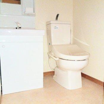 脱衣所に洗面台とトイレがとなり合わせ(※写真は6階の同間取り別部屋のものです)