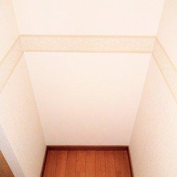 食器棚横に冷蔵庫を置けるスペース。少し狭めなのでサイズ測って置いてね!(※写真は6階の同間取り別部屋のものです)