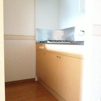 淡い黄色のキッチン!キッチン後ろに棚があるので幅は少し狭め。(※写真は6階の同間取り別部屋のものです)