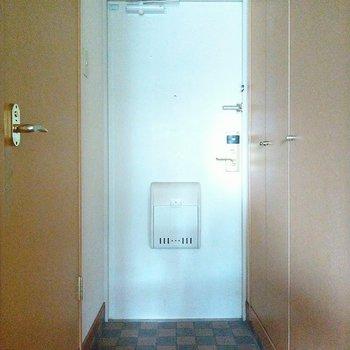 玄関は白い扉が爽やか♬シューズボックスも壁一面に◎(※写真は6階の同間取り別部屋のものです)