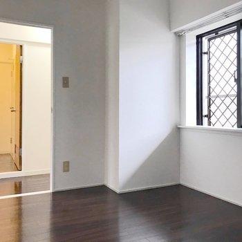 5.8帖なので、サイズ次第で書斎兼寝室にもできます。