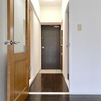 廊下側に水回りと洋室。