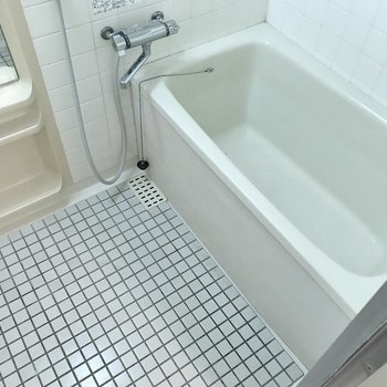 お風呂はサーモ水栓で温度調節が簡単です。