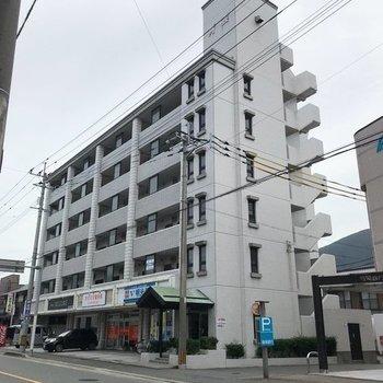 周りには銀行やバス停。住みよいところに佇むどっしりした建物です。