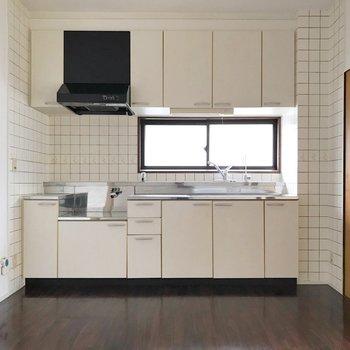 キッチンの前には小窓があるので換気もラクラク!角部屋の特権です。