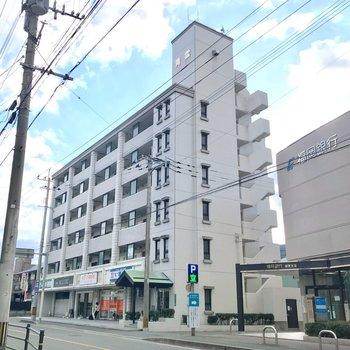 大通り沿いにあるどっしりした建物。