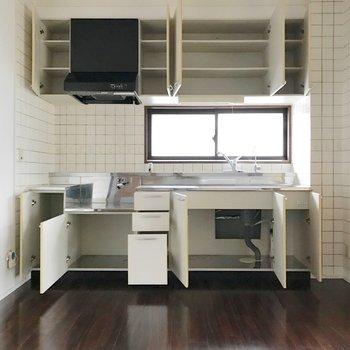 キッチンの収納力!コンセントも多いので、冷蔵庫はどこにでも置けます。