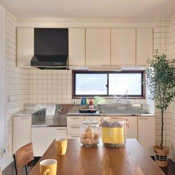 大きなキッチンで朝食の支度も捗りそう〜!(※写真の家具・小物は見本です)