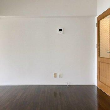 反対側にはモニターホン。余白が多いので家具の配置がしやすい◎