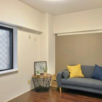 洋室は5.8帖ほど。グレーのクロスで落ち着いた雰囲気。(※写真の家具・小物は見本です)