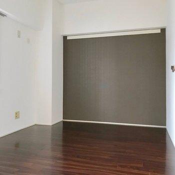 洋室はグレーの壁紙で落ち着く空間。