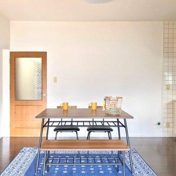 4人用のテーブルも置けます。扉の色も素敵だなぁ。(※写真の家具・小物は見本です)