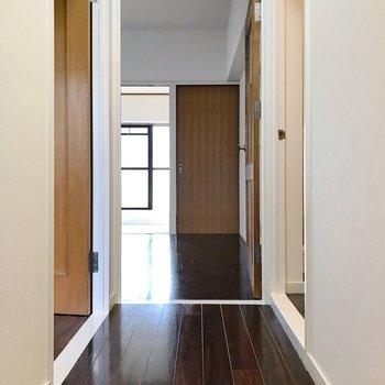 玄関から見たらこんな景色。左が洋室で右が脱衣所。