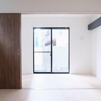 窓も多く南東向きで明るいお部屋です。(※写真は1階の反転間取り別部屋、一部工事中のものです)